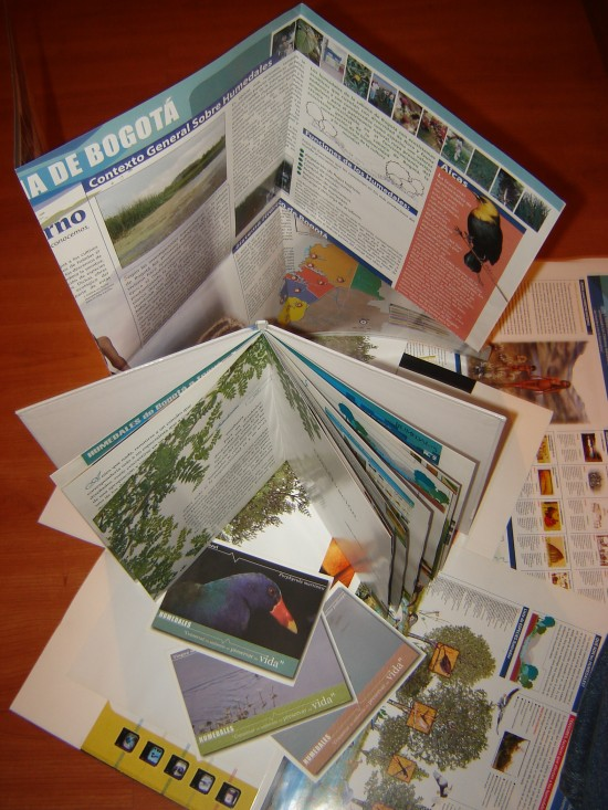Folletos, Plegables, libros, postales e infografías para campañas ambientales sobre los humedales de Bogotá en Colombia. (Crédito: fotos postales Thomas McNish)